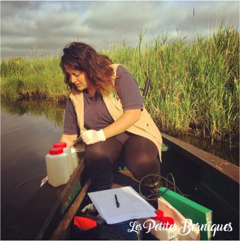 Mathilde fait ses prélèvements d'eau