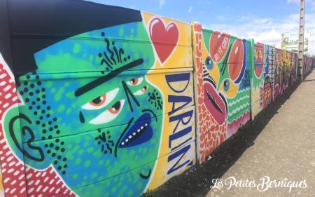 Les palplanches du boulevard Leferme customisées par l'artiste de streetart Kashink